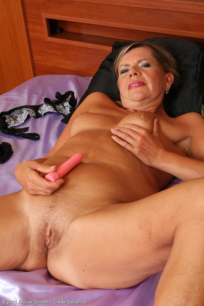 Порно фильм зрелые женщины мастурбируют фалломсами